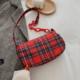 czerwona torba w kratkę