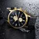 zegarek w kolorze czarnym i złotym