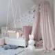 różowy baldachim nad łózeczko