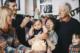 rodzina podczas obchodzenia pierwszych urodzin z dzieckiem